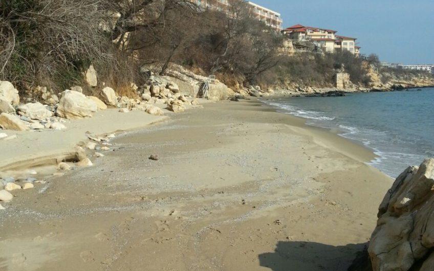 Четиристаен апартамент – първа линия на плажа в Свети Влас-Елените.